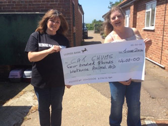 Cat Chums receive cheque from Wetnose
